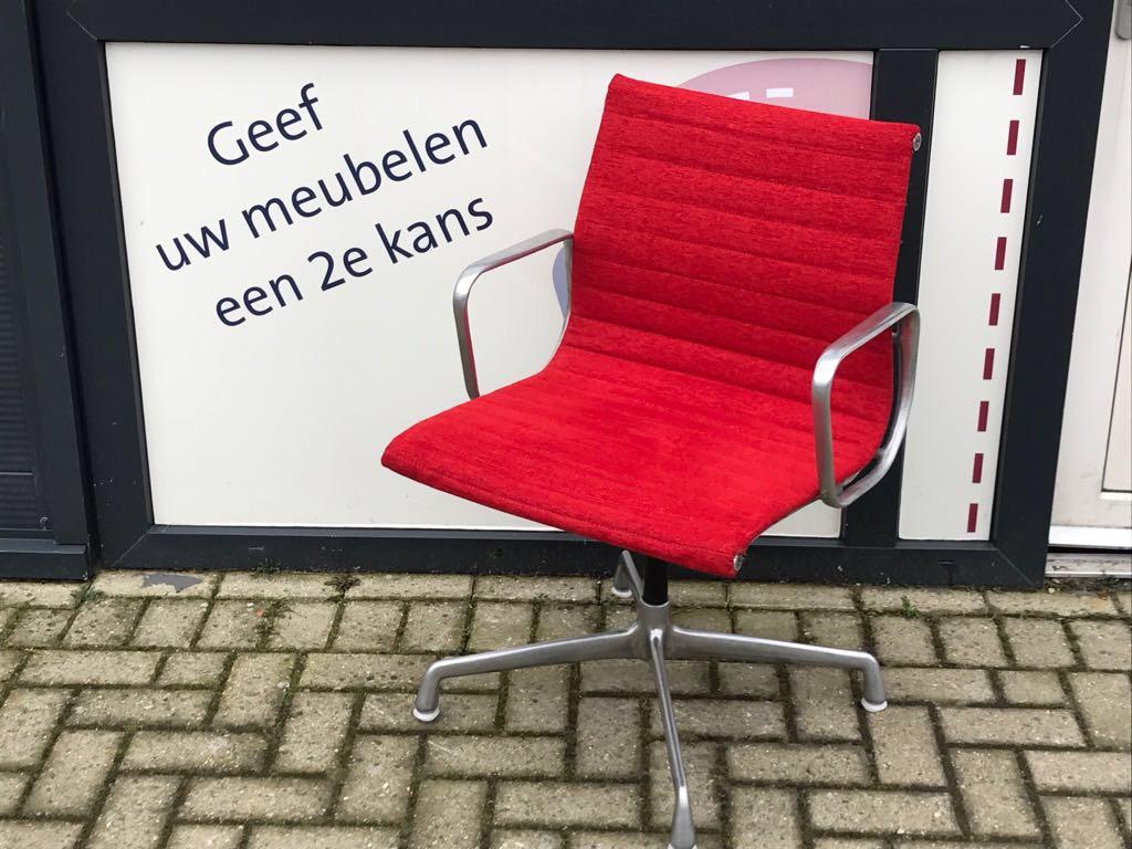 5 Eames Bureaustoel Bekleed In Rode Meubelstof